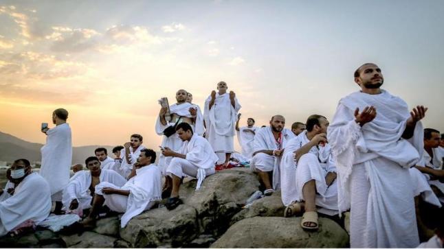 حجاج بيت الله يقفون على صعيد عرفة لأداء ركن الحج الأعظم