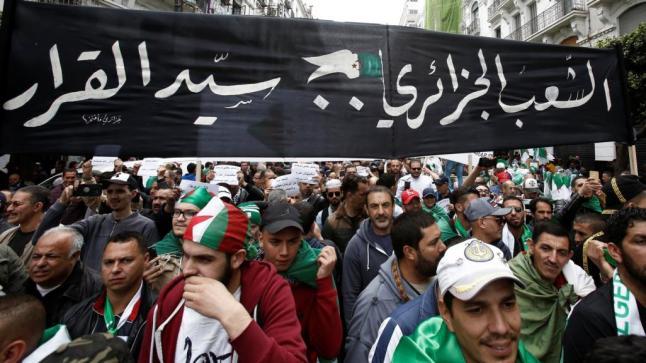 """الجزائر.. المعارضة تطرح وثيقة للحل """"تتجنب صدام"""" مع الجيش"""