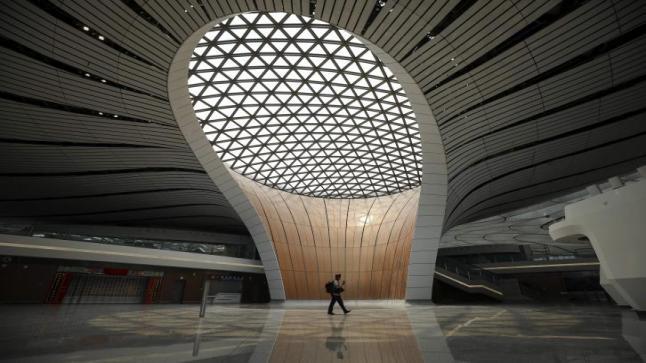 لصين تفتتح مطارا ضخما من تصميم زها حديد