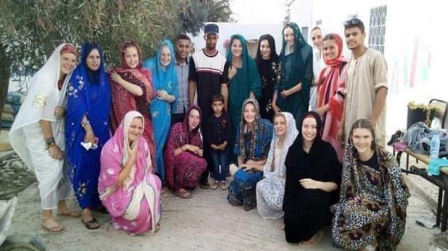 من جديد المتطوعات البلجيكيات يخطفن الأضواء باللباس الأمازيغي