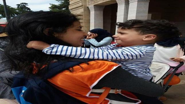 نشطاء مواقع التواصل الاجتماعي يطلقون حملة تضامن واسعة مع أستاذة اعتقلت وترك ابنها الصغير لوحده