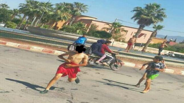 مشهد أطفال يسبحون بنافورة مياه وسط مدينة سوق السبت يقلق نشطاء مواقع التواصل الاجتماعي