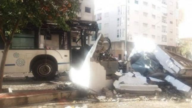 النار تلتهم حافلة بعد أن اصطدمت بمحول كهربائي بتطوان