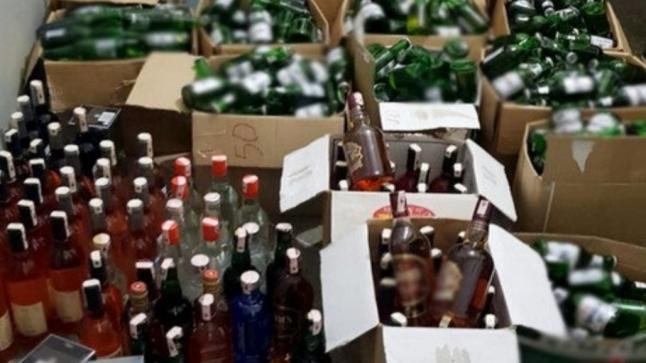 حجز 300 علبة من المشروبات الكحولية مخبأة داخل شاحنة للمواد الغذائية