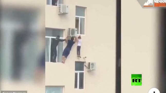 """""""فيديو يحبس الأنفاس""""..مواطن شيشاني ينقذ طفلا من موت محقق"""