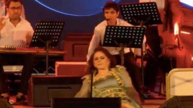 سقوط ميادة الحناوي من على خشبة المسرح(فيديو)