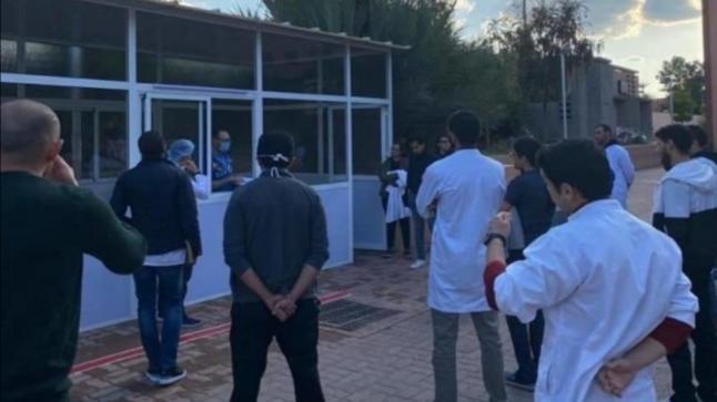 """طلبة كلية الطب بمراكش يتطوعون لمساعدة الأطر الطبية بالمستشفى الجامعي في مواجهة """"كورونا"""""""