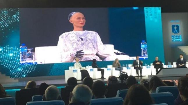 """""""الروبو صوفيا"""" في مؤتمر صحافي: إذا عرفتم سني فلن تسألوني"""